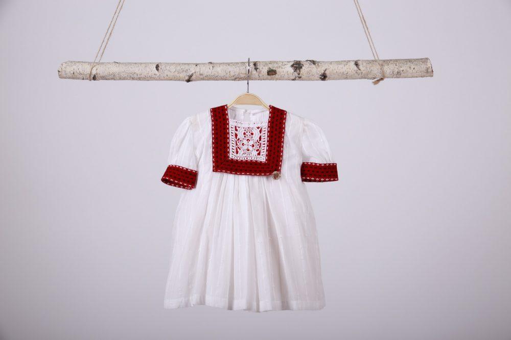 Rochița albă tradițională pentru botez- din Cufărul Bunicii