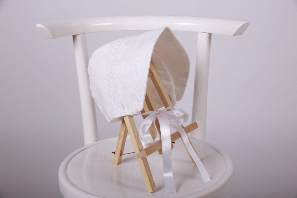 bonetica din bumbac Alba ca Zapada, cu aplicații de dantelă fină