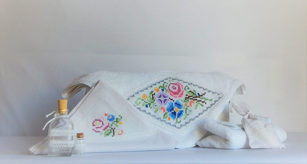 Trusou botez cusut unicat alb- Flori Măiastre
