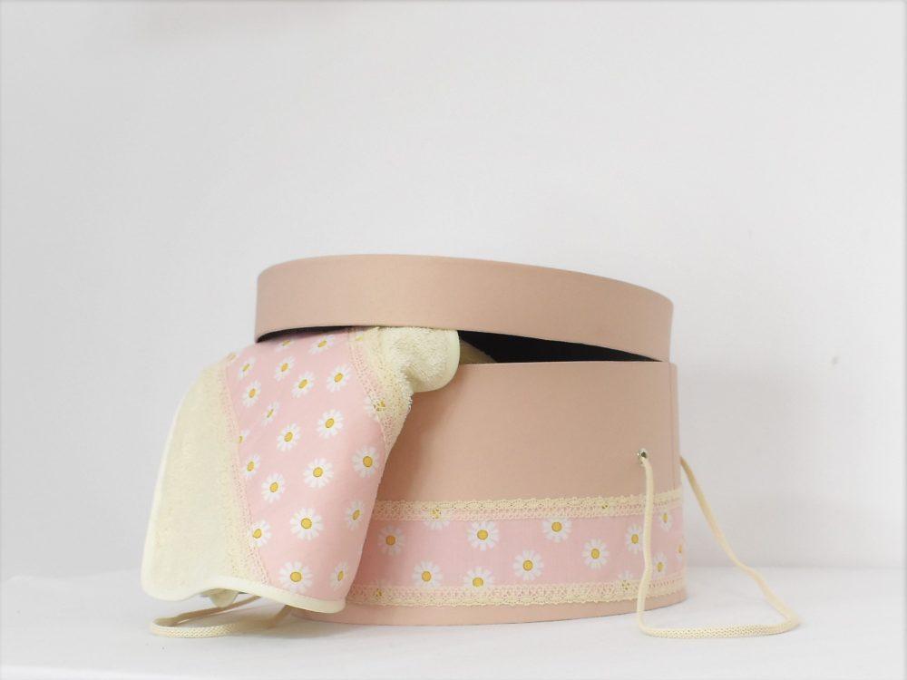 Cufăr bej sidefat cu mânere textile pentru trusourile de botez